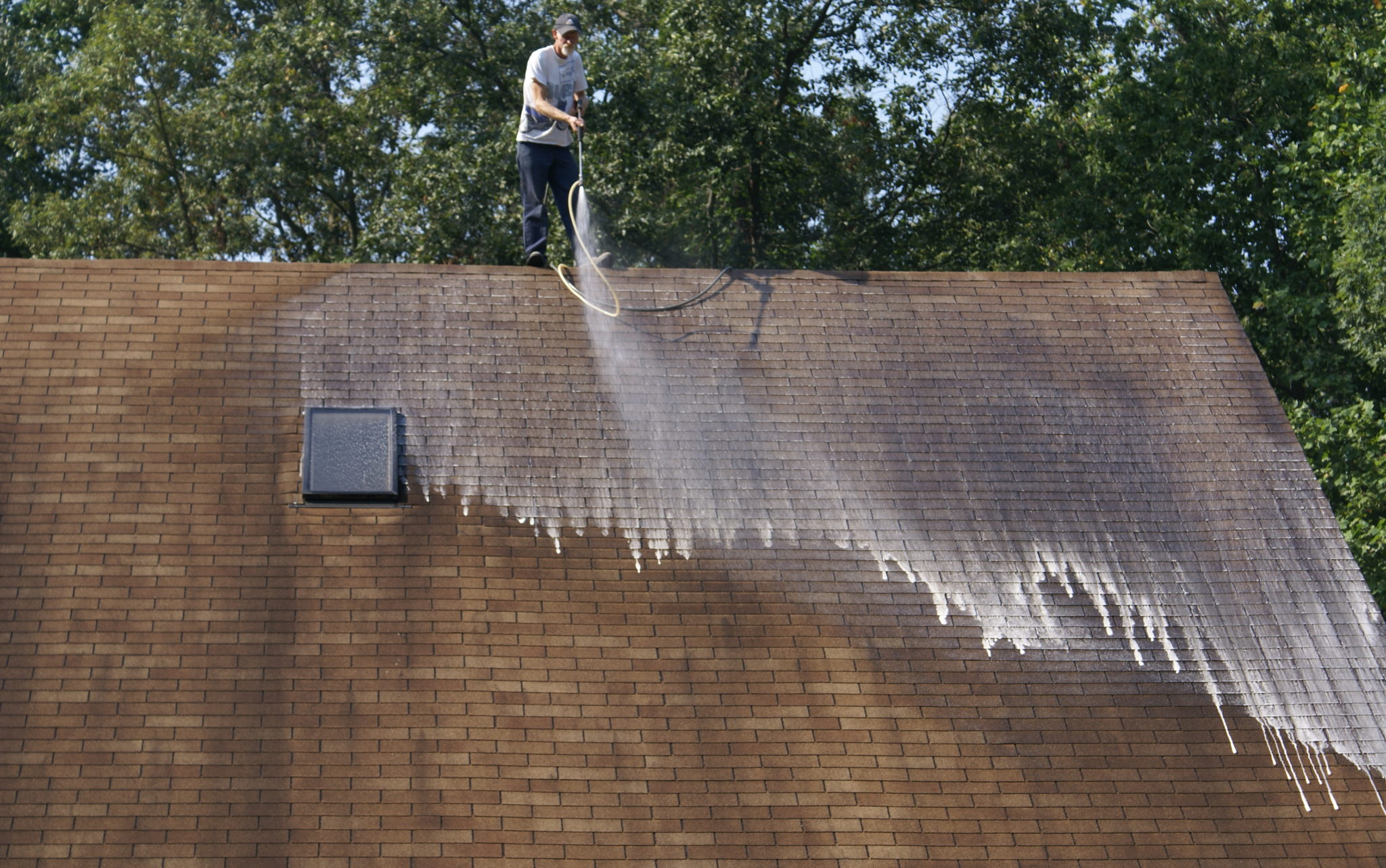 roof cleaning and pressure washing